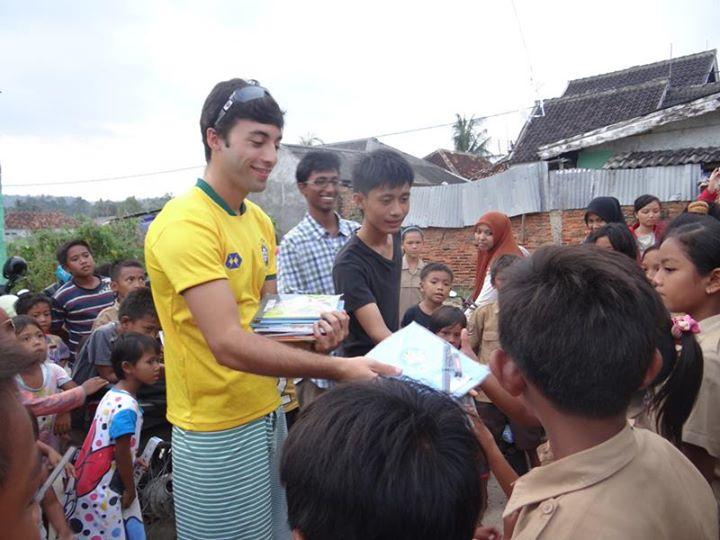 Salah satu mahasiswa asing yang mengikuti program IFL Lampung antusias berccengkrama dengan masyrakat pesisir
